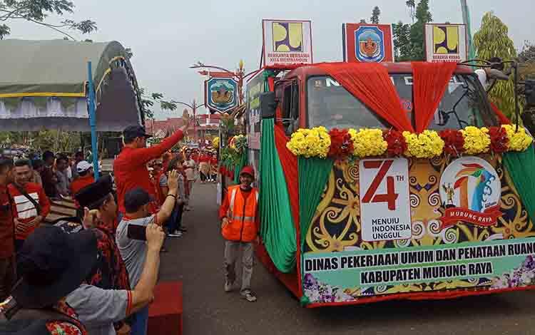 Bupati Murung Raya Perdie M. Yoseph saat melepas peserta pawai karnaval, Rabu, 31 Juli 2019