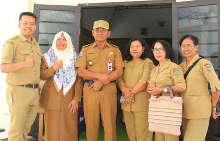 Kepala Dinas Pendidikan Kalimantan Tengah Slamet Winaryo saat bersama dewan guru di SMKN 2 Palangka Raya.