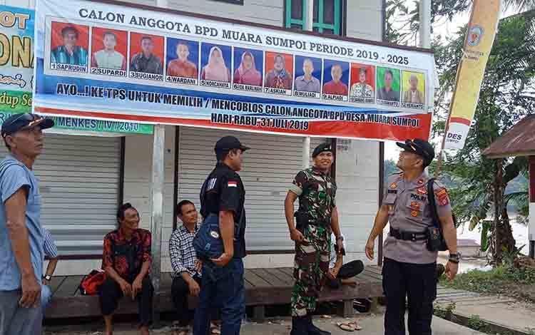 Kapolsek Murung Ipda Yulianto bersama Letnan II Inf Dwian Alit Utama saat melakukan pemantauan pelaksaan pemilihan BPD di enam Desa Kecamatan Murung, Rabu, 31 Juli 2019.