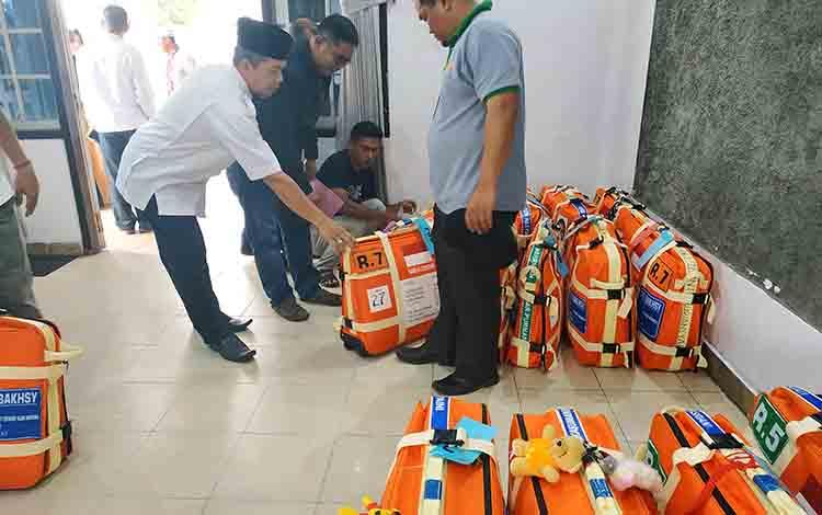 Kepala Kantor Kemenag Barito Utara, Drs H Tuaini Ismail besserta jajarannya saat mempersiapkan koper para JCh Barito Utara di gedung Balai Antang Muara Teweh, Rabu 31 Juli 2019
