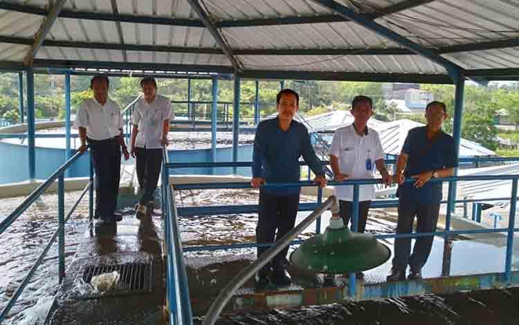 Jajaran Komisi II DPRD Kabupaten Kapuas meninjau pengolahan air di PDAM Kuala Kapuas, Rabu, 31 Juli 2019.
