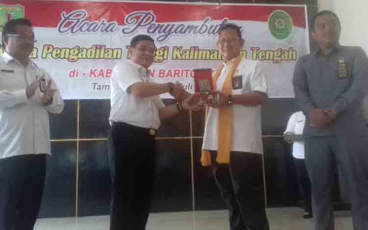 Ketua Pengadilan Tinggi Kalteng H.M Hatta saat menerima pelakat dari bupati Bartim Bartim Ampera AY Mebas, saat kunjungan kerja di kabupaten Bartim.