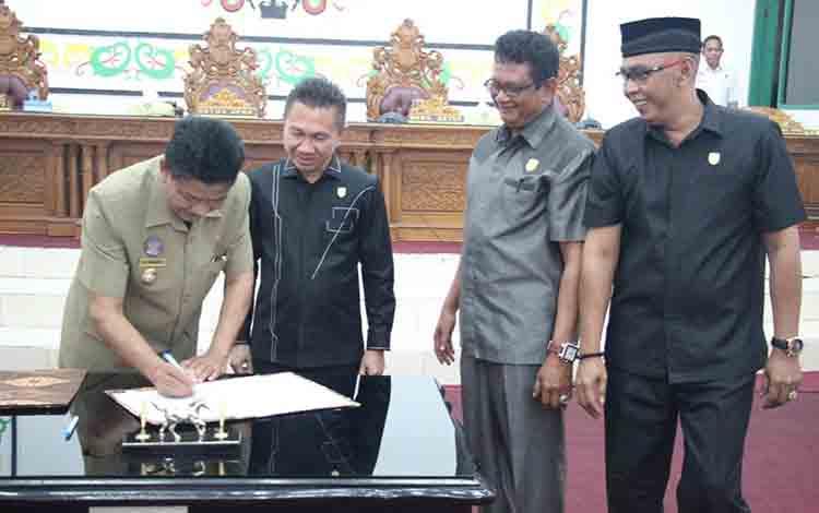 Penandatanganan nota kesepakatan KUA dan PPAS oleh Pemerintah Kabupaten Sukamara dan DPRD