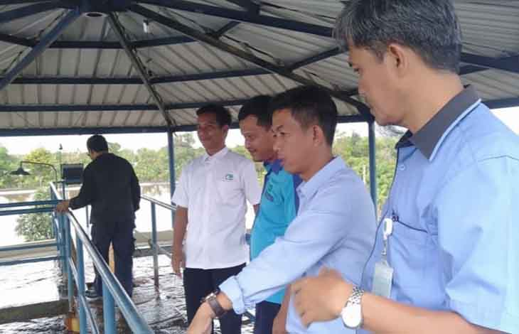 Direktur PDAM Kapuas Agus Cahyono (dua kanan)