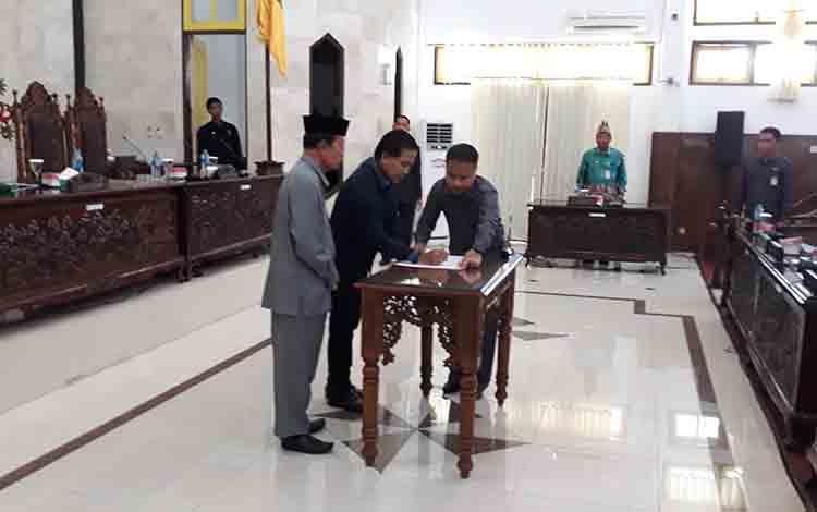 Ketua DPRD Kapuas Algrin Gasan menandatangani kesepakatan atas Raperda APBD Perubahan 2019, pada 1 Agustus 2019