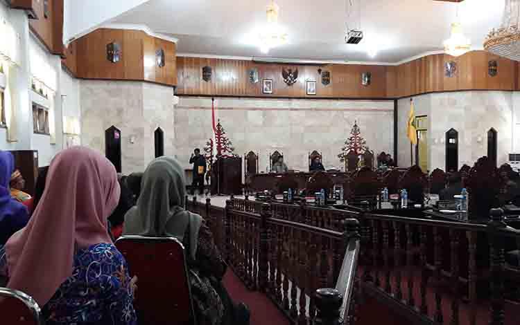 Juru Bicara Fraksi Golkar Suwanto E Sumen saat menyampaikan pendapat akhir dalam paripurna di DPRD Kapuas pada 1 Agustus 2019