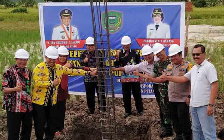 Bupati Pulang Pisau bersama sejumlah pejabat usai peletakan batu pertama Gedung Olahraga di Pulang Pisau.