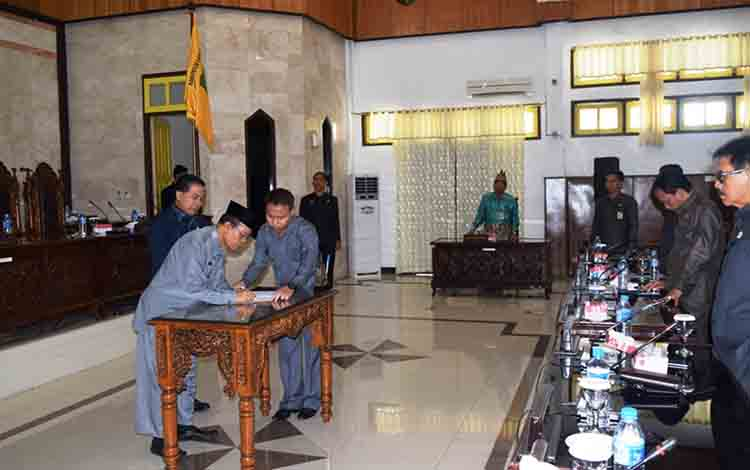 Wakil Bupati Kapuas Nafiah Ibnor menandatangani nota kesepakatan raperda APBD perubahan 2019 dalam rapat paripurna, Kamis, 1 Agustus 2019.