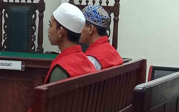 PW alias War dan RM alias Dan, terdakwa penadah motor saat menjalani persidangan di Pengadilan Negeri Sampit, 1 Agustus 2019.