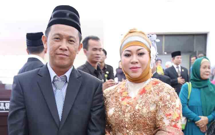 Anggota Komisi II DPRD Murung Raya, Johansyah bersama istri