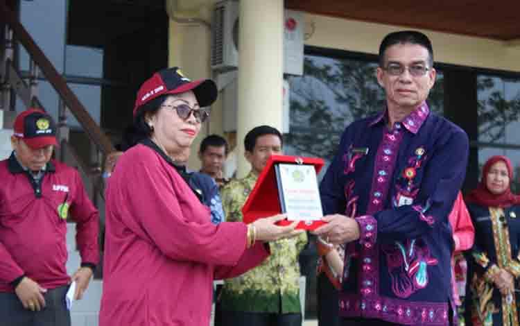 Pemberian plakat dari perwakilan Universitas Palangka Raya kepadaPlt Asisten II Setda Kota Palangka Raya Ikhwanudin, di halaman Balai Kota Palangka Raya Kamis, 1 Agustus 2019.