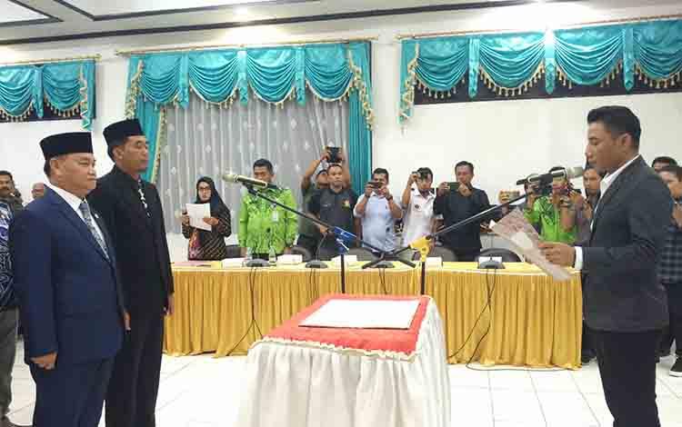 Bupati Kotim Supian Hadi saat melantik Komisaris dan Direktur BUMD PT Habaring Hurung, Kamis, 1 Agustus 2019.