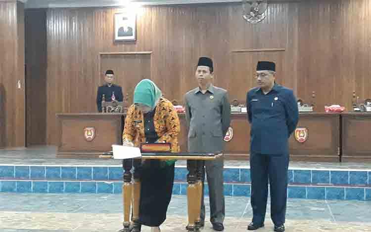 Bupati Kotawaringin Barat Hajah Nurhidayah bersama Ketua DPRD Kobar Triyanto dan Wakil Ketua I Rusdi Gozali tanda tangani nota KUA dan PPAS APBD Kobar T.A 2020, Kamis, 1 Agustus 2019.