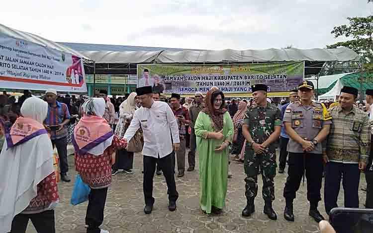Bupati Barsel, Eddy Raya Samsuri didampingi Wakil Bupati, Kapolres dan Dandim menyalami CJH.