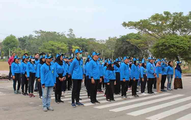 Mahasiswa KKN dari Universitas Palangka Raya berbaris di halaman Balai Kota Palangka Raya Kamis, 1 Agustus 2019.