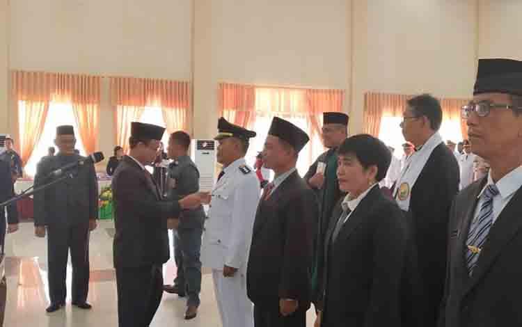 Bupati Sakariyas menyematkan tanda jabatan kepada pejabat dilantik hari ini.