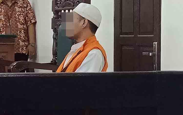 Ul, terdakwa sabu saat sidang di Pengadilan Negeri Sampit.