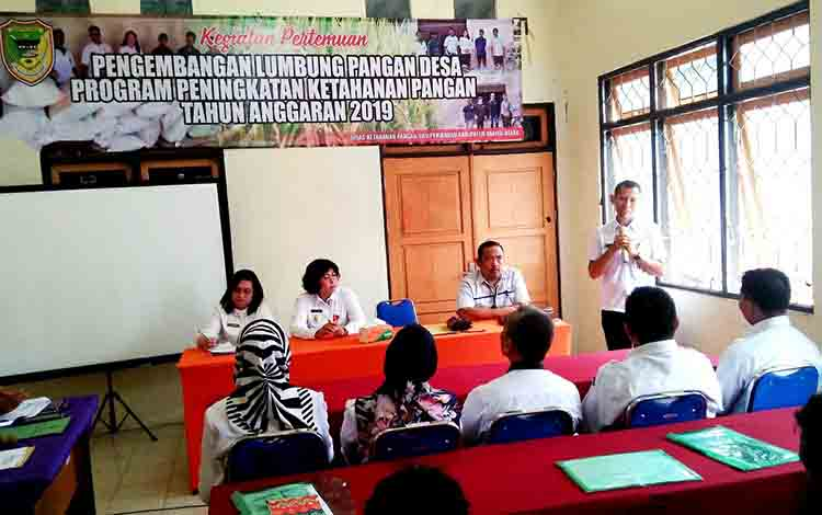 Plt Kepala Dinas Ketahanan Pangan dan Perikanan Barito Utara Sugeng saat menympaikan sambutan pada pembukaan pertemuan pengembangan lumbung pangan desa, Jumat, 2 Agustus 2019.