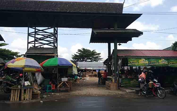 Kondisi pasar penampungan sementara bagi pedagang Pasar Mangkikit, Jumat, 2 Agustus 2019.