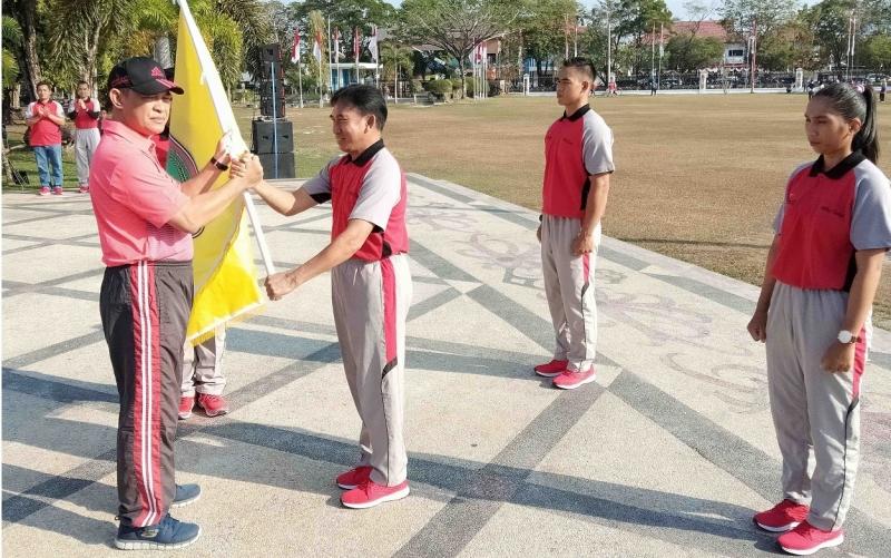 Sekda Kalteng Fahrizal Fitri melepas atlet Pra PON Kontingen Kalteng, Jumat, 2 Agustus 2019.