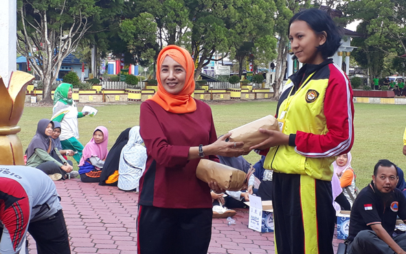 Kepala Disnakeswan Kotawaringin Barat Ida Pandan Wangi saat memberikan dorprise seusai senam di halaman kantor bupati, Jumat, 2 Agustus 2019 pagi.