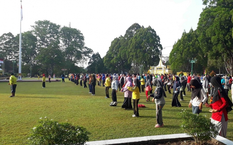 Senam bersama di halaman kantor Bupati Kotawaringin Barat.