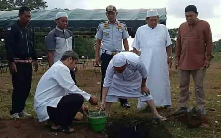 Bupati Seruyan Yulhaidir ketika meletakan batu pertama pembangunan Kampus Politeknik Seruyan, Jumat 2 Agustus 2019.