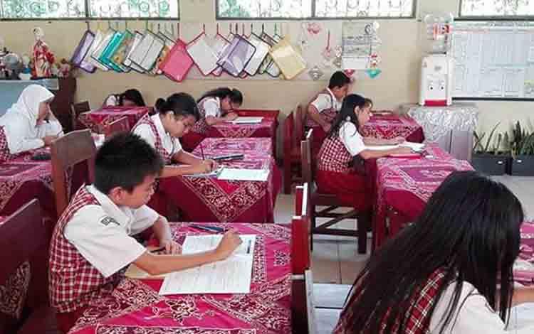 Siswa sekolah dasar di Palangka Raya.