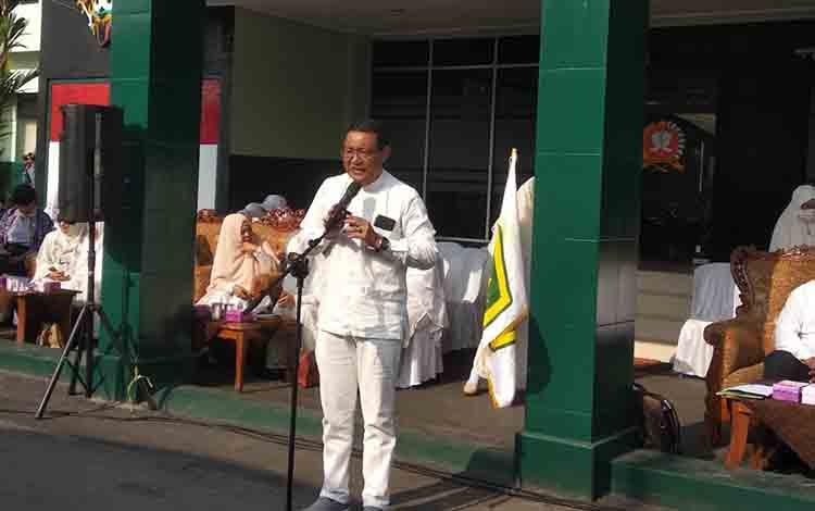 Kepala Dinas Pendidikan Kota Palangka Raya, Sahdin Hasan, di halaman Komando Resor Militer 102/Panju Panjung, Sabtu, 3 Agustus 2019.