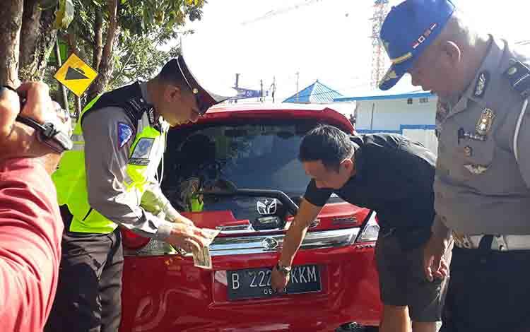 Petugas Satlantas Polres Kobar meminta pemilik kendaraan untuk melepas lakban di salah satu angka plat kendaraanya.