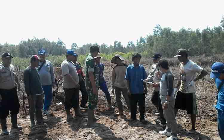 Tim gabungan patroli Karhutla di Katingan Hilir sosialisasi kepada warga untuk tidak membakar lahan di Jalan Soekarno-Hatta Kasongan.