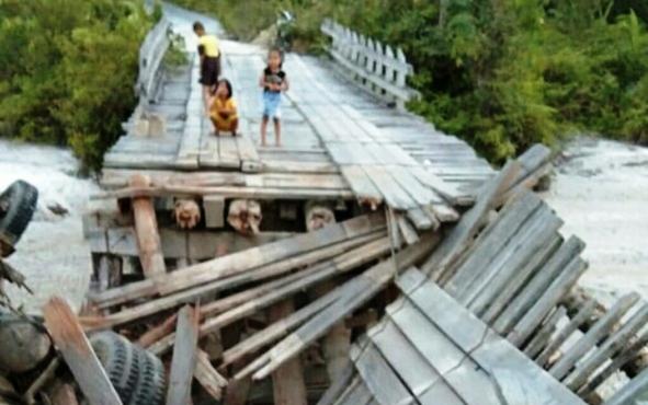 Jembatan Sei Rawi I yang menghubungkan Desa Tumbang Miwan dan Tewang Pajangan di Kecamatan Kurun, Kabupaten Gunung Mas, ambruk, Minggu, 4 Agustus 2019.