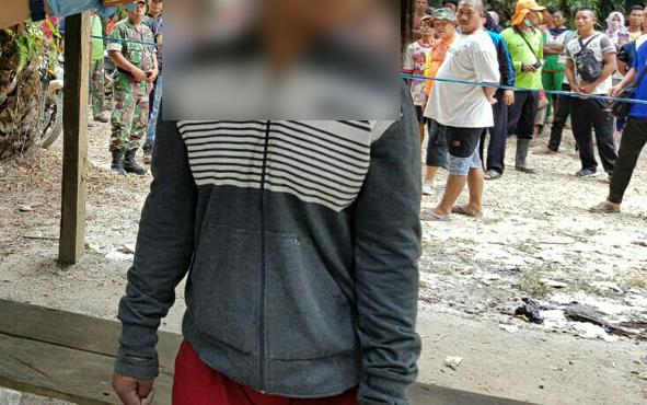 Korban bunuh diri saat ditemukan warga di sebuah pondok di sekitar perkebunan kelapa sawit, Blok C 02, Divisi 2 MAGE, Desa Bakti Karya, Kecamatan Antang Kalang, Kabupaten Kotawaringin Timur, Minggu, 4 Agustus 2019.