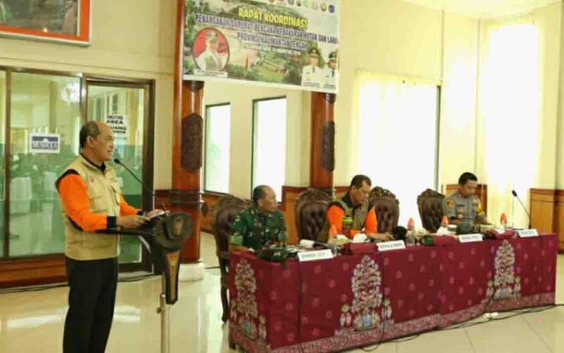 Rapat koordinasi penanganan darurat kebakaran hutan dan lahan di Palangka Raya, Minggu, 4 Agustus 2019.