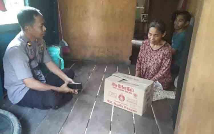 Kapolsek Katingan Hilir Iptu Nurheriyanto Hidayat memberikan tali asih kepada warga kurang mampu