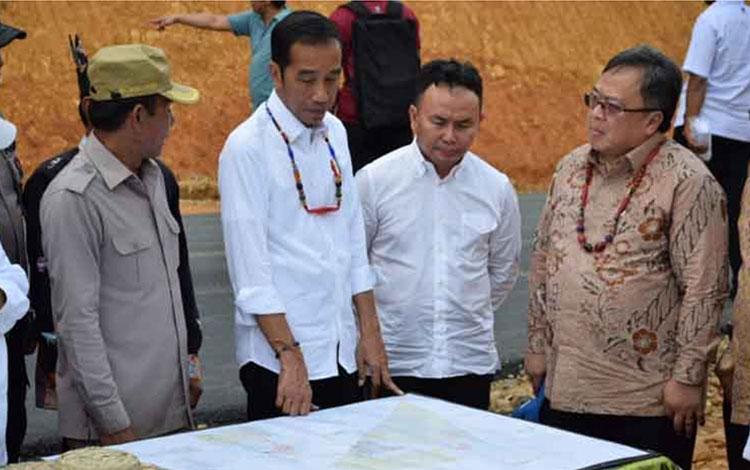 Presiden Joko Widodo ditemani Gubernur Sugianto Sabran meninjau Kabupaten Gunung Mas, Rabu 8 Mei 2019