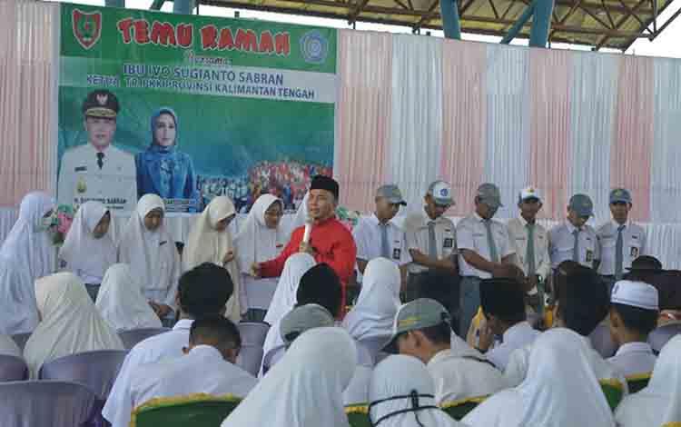 Gubernur Kalimantan Tengah Sugianto Sabran ketika memberikan motivasi kepada siswa di Kuala Pembuang, Senin 5 Agustus 2019