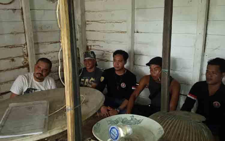 Ketua Fordayak Bartim mengajak Ketua Fordayak Gunung Mas melihat situs adat dan situs bersejarah tempat penyimpanan benda pusaka leluhur Singa Djarang di Desa Paku-Beto