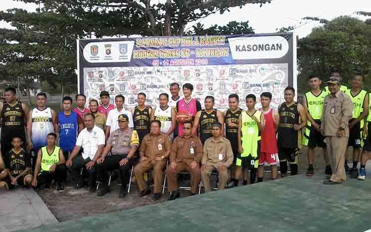 Kepala Dinas Pemuda, Olahraga, Budaya dan Pariwisata Mido S Mahar foto bersama pemain bola basket