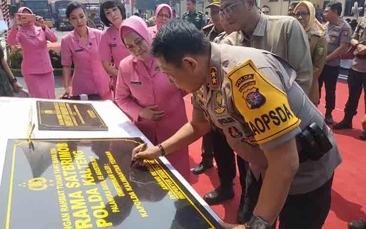 Kapolda Kalteng Irjen Pol Anang Revandoko, saat menandatangani prasasti peresmian gedung dua lantai Satsabhara Polres Palangka Raya, Senin, 5 Agustus 2019.