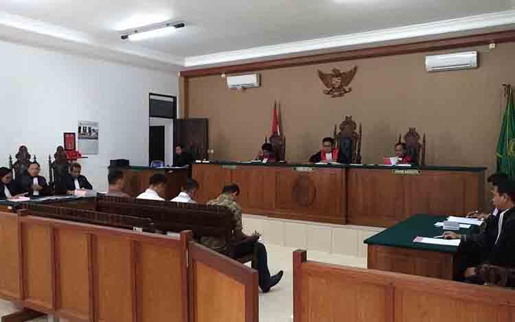 Keempat terdakwa, MS, HN, Say, dan Man saat menjalani persidangan di Pengadilan Tipikor Palangka Raya