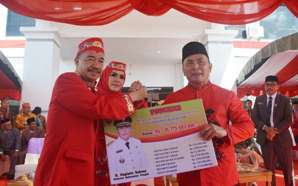 Gubernur Sugianto Sabran saat menyerahkan dana hibah dan pembangunan penyelenggaraan pendidikan sebesar Rp 36,775 miliar secara simbolis kepada Bupati Seruyan Yulhaidir, Senin 5 Agustus 2019.