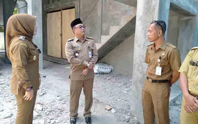 Wakil Bupati Seruyan, Iswanti mengecek bangunan di Kantor Kecamatan Seruyan Hilir, Selasa 6 Agustus 2019