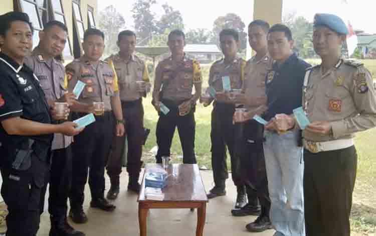 Anggota Polsek Marikit menunjukan hasil tes urine, Selasa 6 Agustus 2019
