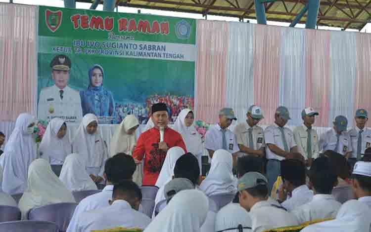 Gubernur Kalimantan Tengah Sugianto Sabran saat berdialog dengan siswa SMA di Kuala Pembuang, Senin 5 Agustus 2019.