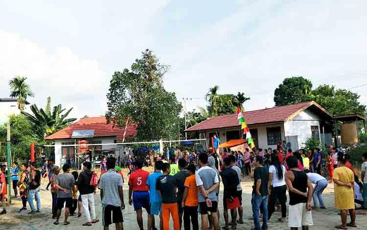 pertandingan volly dalam rangka memeriahkan HUT Kemerdekaan ke 74 RI di Desa Teluk Malewai, Kecamatan Lahei Barat, Kabupaten Barito Utara.