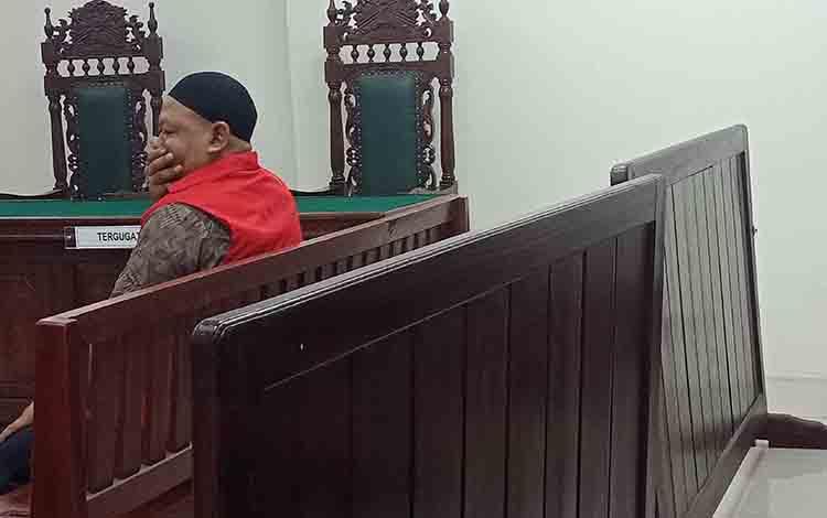 SR alias Ug saat jalani sidang di Pengadilan Negeri Sampit.