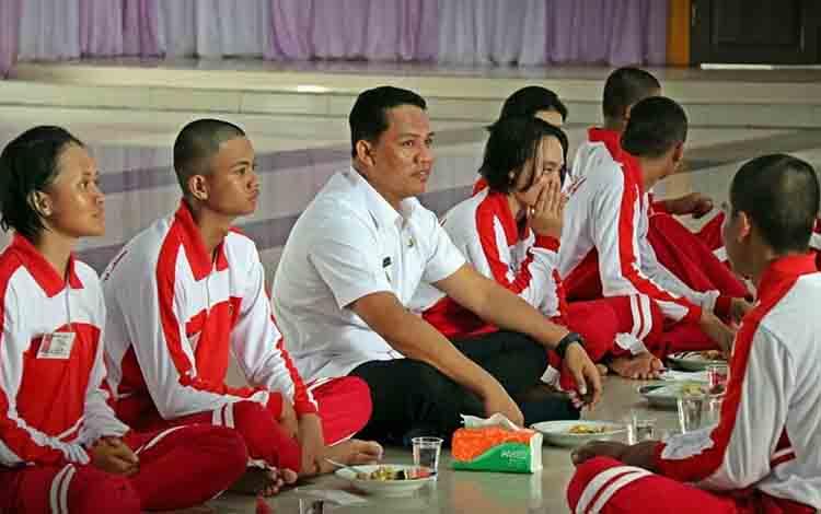 Bupati Hendra Lesmana saat makan bersama dengan calon anggota paskibra