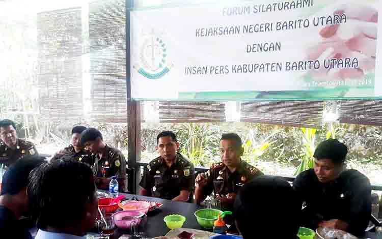 Anggota PWI bersama Kepala Kejaksaan Negeri Barito Utara, Basrulnas dan jajarannya saat bertatap muka menjalin tali silaturahmi