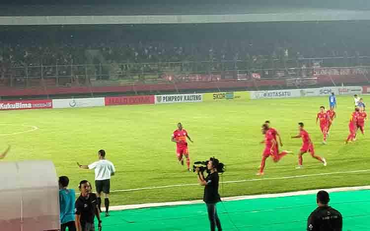 Pemain Kalteng Putra melakukan selebrasi seusai sontekan Patrick Wanggai merobek jalan gawang Arema dalam laga lanjutan Liga 1 Indonesia di Stadion Tuah Pahoe, Palangka Raya, Rabu, 7 Agustus 2019 malam.